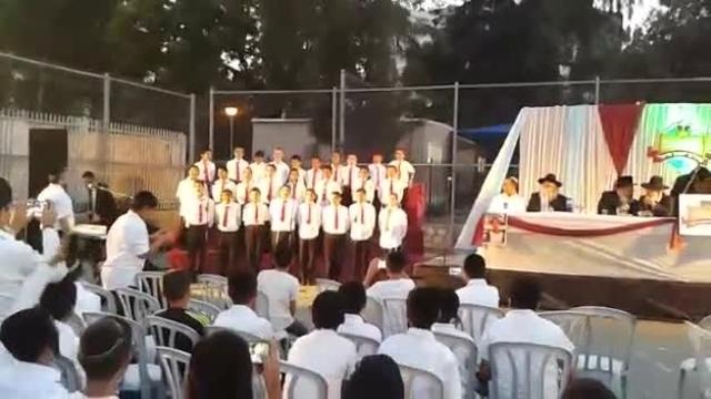 """ראשון לציון: הילדים הכניסו ספר תורה לע""""נ חברם"""